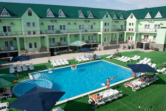 Бассейн отеля в Николаевке